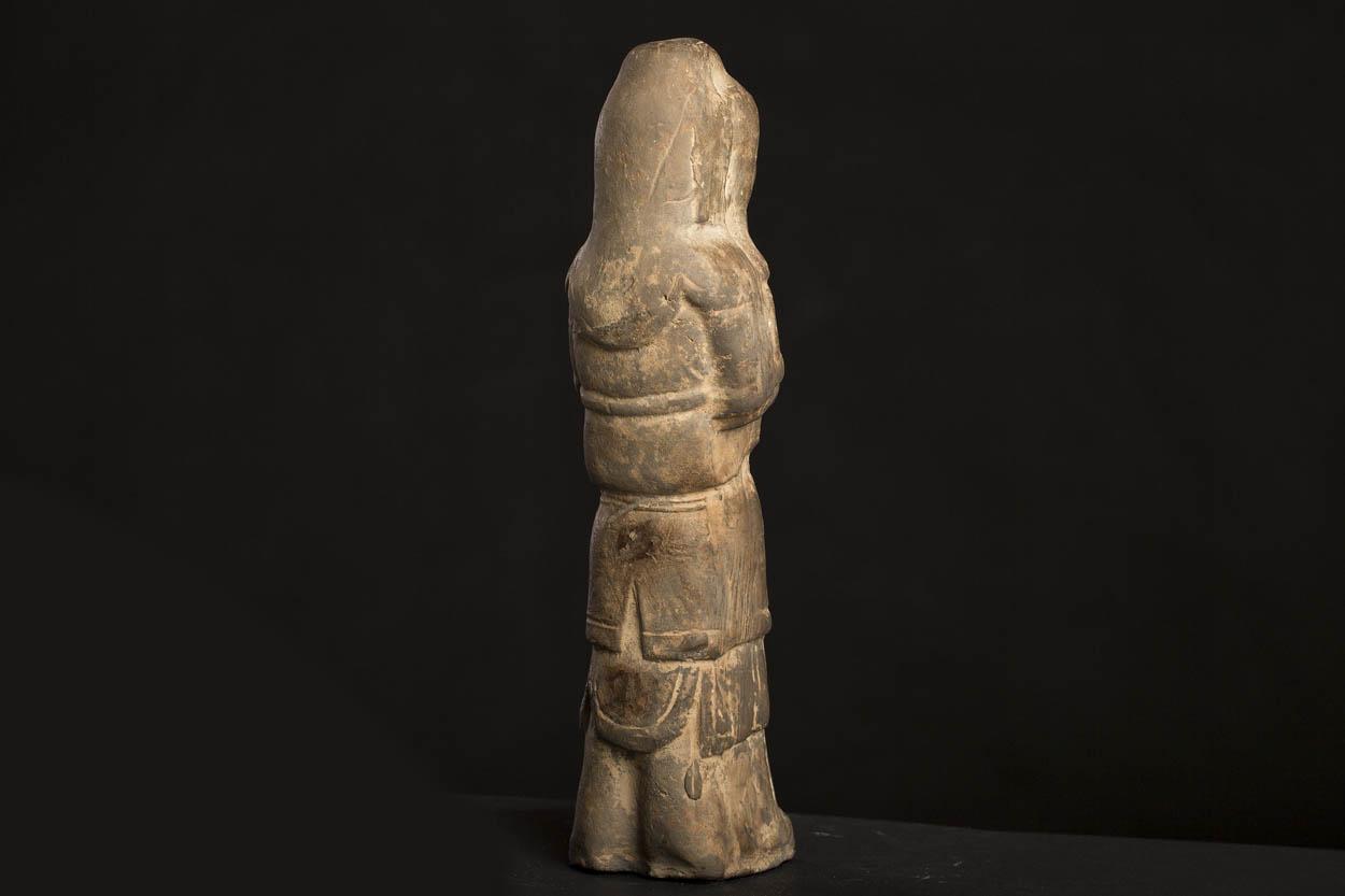 KT 20 Gravfigur, Tang ( 618-907 ) Højde 35 cm. Proviniens Civilingeniør Erik Becher, erhvervet 1958